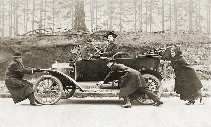 Emberek oldtimer autó egyszerre egy irányba húz fotó Shutterstock